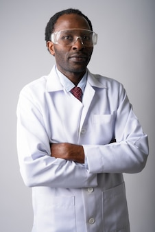 Hübscher afrikanischer mannarzt, der schutzbrille trägt