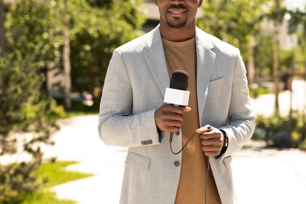 Hübscher afroamerikanischer männlicher journalist