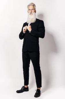 Hübscher alter mann, der stilvollen schwarzen anzug trägt
