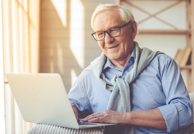 Hübscher alter mann gekleidet in der intelligenten zufälligen art.