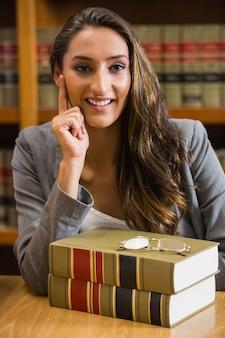 Hübscher anwalt in der rechtsbibliothek