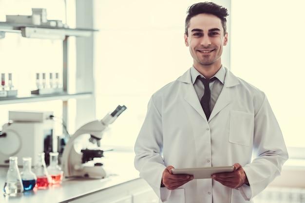 Hübscher arzt im labor