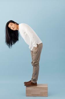 Hübscher asiatischer mann posiert
