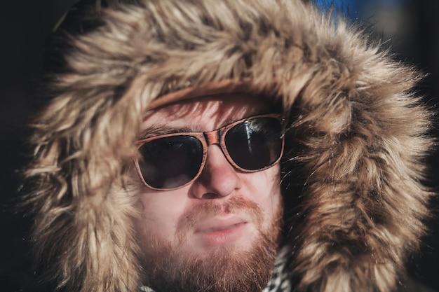 Hübscher bärtiger hipster-mann in der jacke, die zigarette raucht