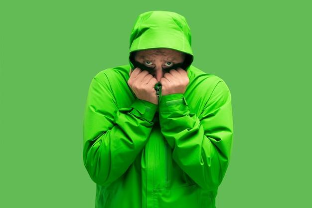 Hübscher bärtiger junger mann lokalisiert auf grün
