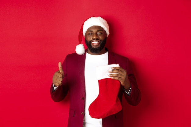 Hübscher bärtiger kerl erhält weihnachtsgeschenk in der socke