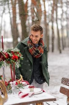Hübscher bärtiger mann an einem wintertag