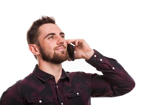 Hübscher bärtiger mann, der am telefon spricht