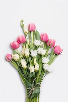 Hübscher blumenblumenstrauß auf weiß