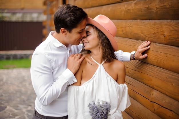 Hübscher bräutigam, der schöne braut auf nase küsst