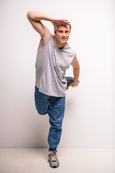 Hübscher breakdancer, der am studio steht.