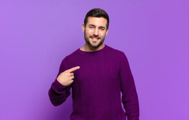 Hübscher erwachsener blonder mann, der stolz, selbstbewusst und glücklich aussieht, lächelt und auf sich selbst zeigt oder das zeichen nummer eins macht