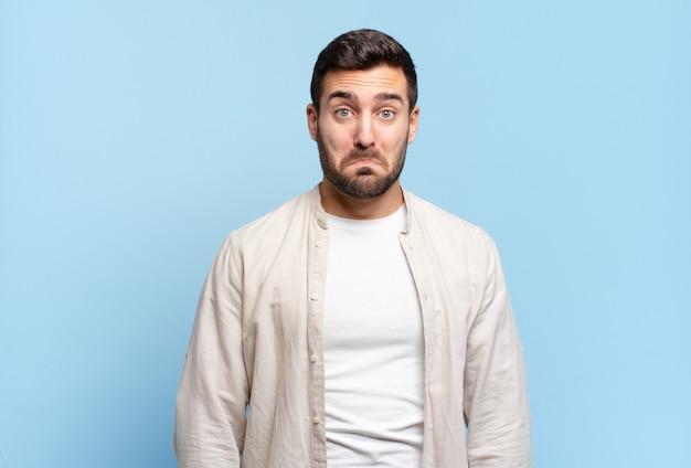 Hübscher erwachsener blonder mann, der traurig und gestresst ist, verärgert wegen einer bösen überraschung, mit einem negativen, ängstlichen blick