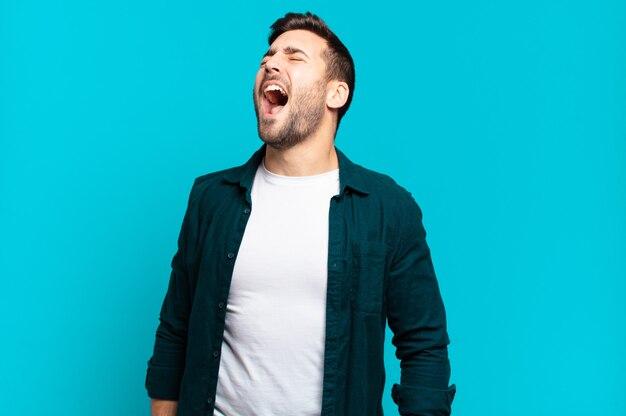 Hübscher erwachsener blonder mann, der wütend schreit, aggressiv schreit, gestresst und wütend aussieht