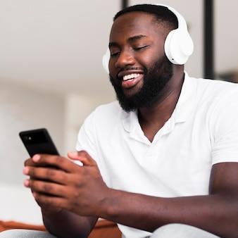 Hübscher erwachsener mann, der musik hört
