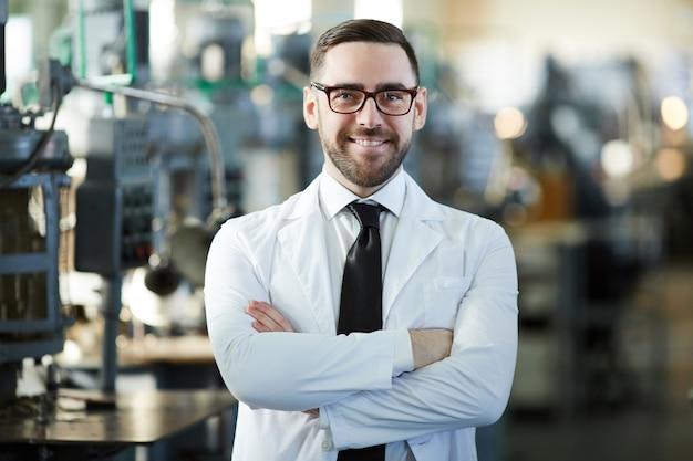 Hübscher fabrikmanager, der aufwirft