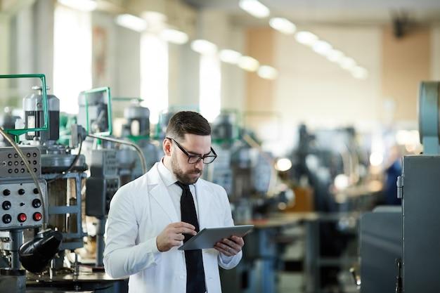 Hübscher factory manager mit tablet