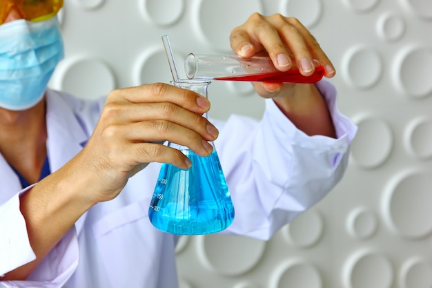 Hübscher forscher in der weißen klage mischt neue droge