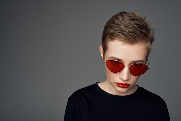 Hübscher frauenkurzhaarschnitt rote lippen dunkler hintergrund