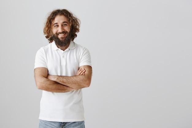 Hübscher freundlicher freundlicher türkischer kerl, der glücklich lächelt