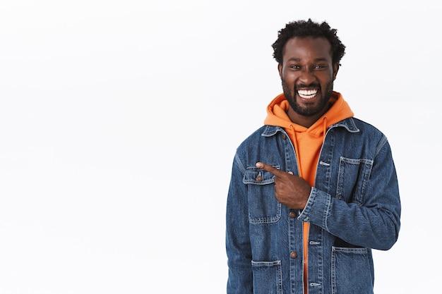 Hübscher fröhlicher afroamerikanischer mann in jeansjacke