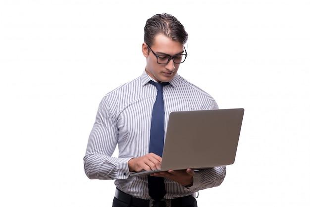 Hübscher geschäftsmann, der mit der laptop-computer lokalisiert arbeitet