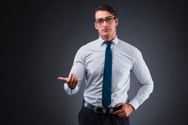 Hübscher geschäftsmann, der virtuelle knöpfe bedrängt