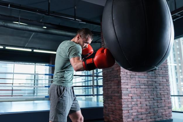 Hübscher geschäftsmann. hübscher wohlhabender geschäftsmann, der sportboxen aktiv im fitnessstudio liebt