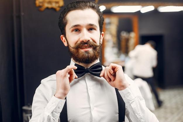 Hübscher geschäftsmann in einem friseursalon