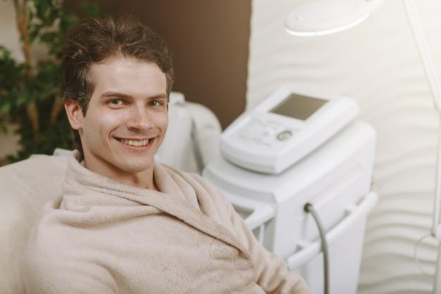 Hübscher glücklicher mann in der badekurortmitte