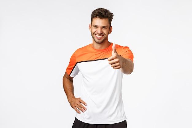 Hübscher glücklicher und gesunder männlicher athlet, sportler