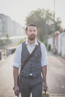 Hübscher großer schnurrbart hipster mann