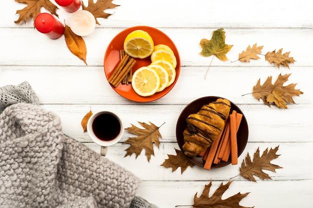 Hübscher herbstplan mit blättern und kaffee