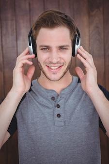 Hübscher hippie, der musik mit kopfhörern hört