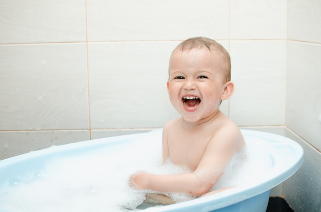 Hübscher junge im vorschulalter badet im badezimmer sauber und hygienisch
