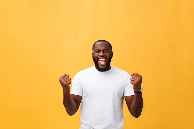 Hübscher junger afroamerikanischer mannangestellter, der aufgeregt glaubt