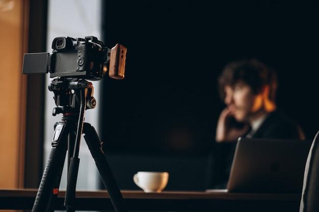 Hübscher junger blogger an einer aufnahmestation
