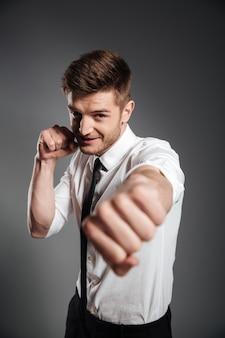 Hübscher junger geschäftsmann im formellen boxen