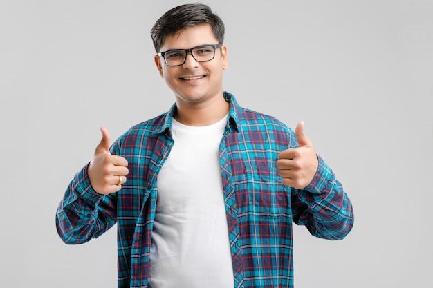 Hübscher junger indischer mann, der die bums oben lokalisiert zeigt