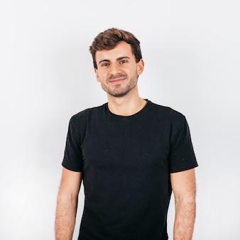 Hübscher junger mann auf weißem hintergrund