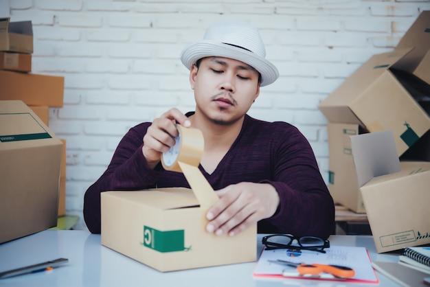 Hübscher junger mann, der mit papieren arbeitet