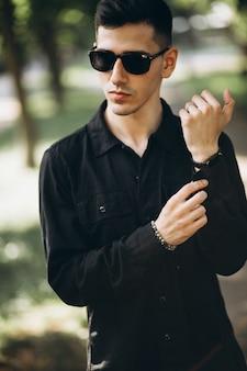 Hübscher junger mann im park