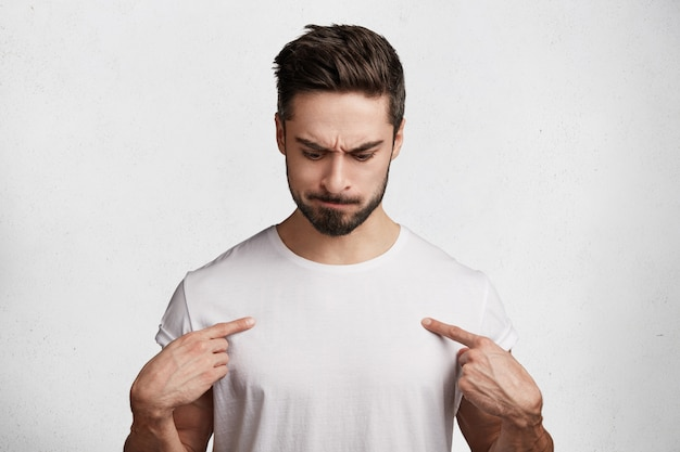 Hübscher junger mann im weißen t-shirt