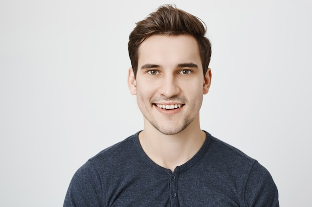 Hübscher junger mann mit neuem stilvollem haarschnitt
