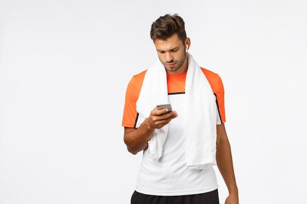 Hübscher junger sportler im sportt-shirt,