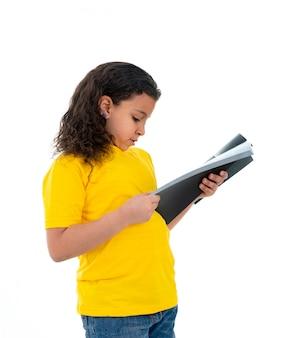 Hübscher junger teenager, der ein buch liest