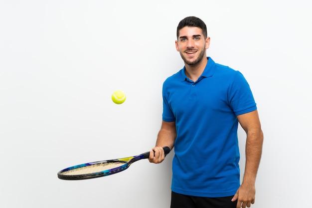 Hübscher junger tennisspielermann über lokalisierter weißer wand