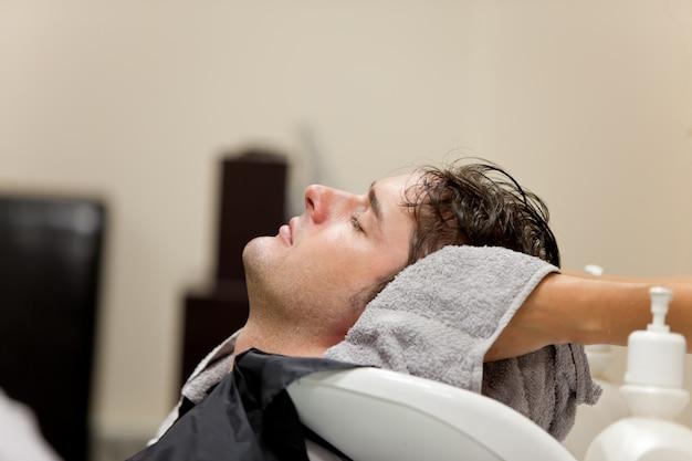 Hübscher kaukasischer mann shampooed