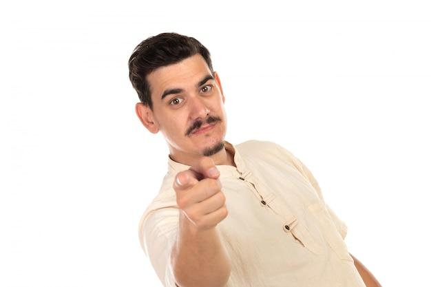 Hübscher kerl, der etwas mit seinen händen zeigt