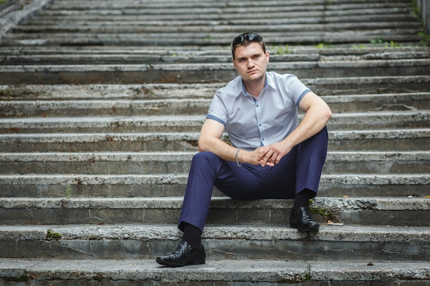 Hübscher kerl im blauen hemdsitzen